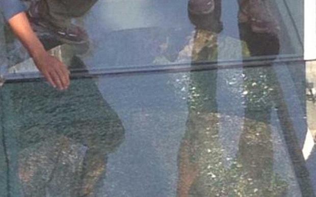 Mặt cầu bằng kính bị nứt sau khi một du khách đánh rơi chiếc ca inox (Ảnh: Weibo)
