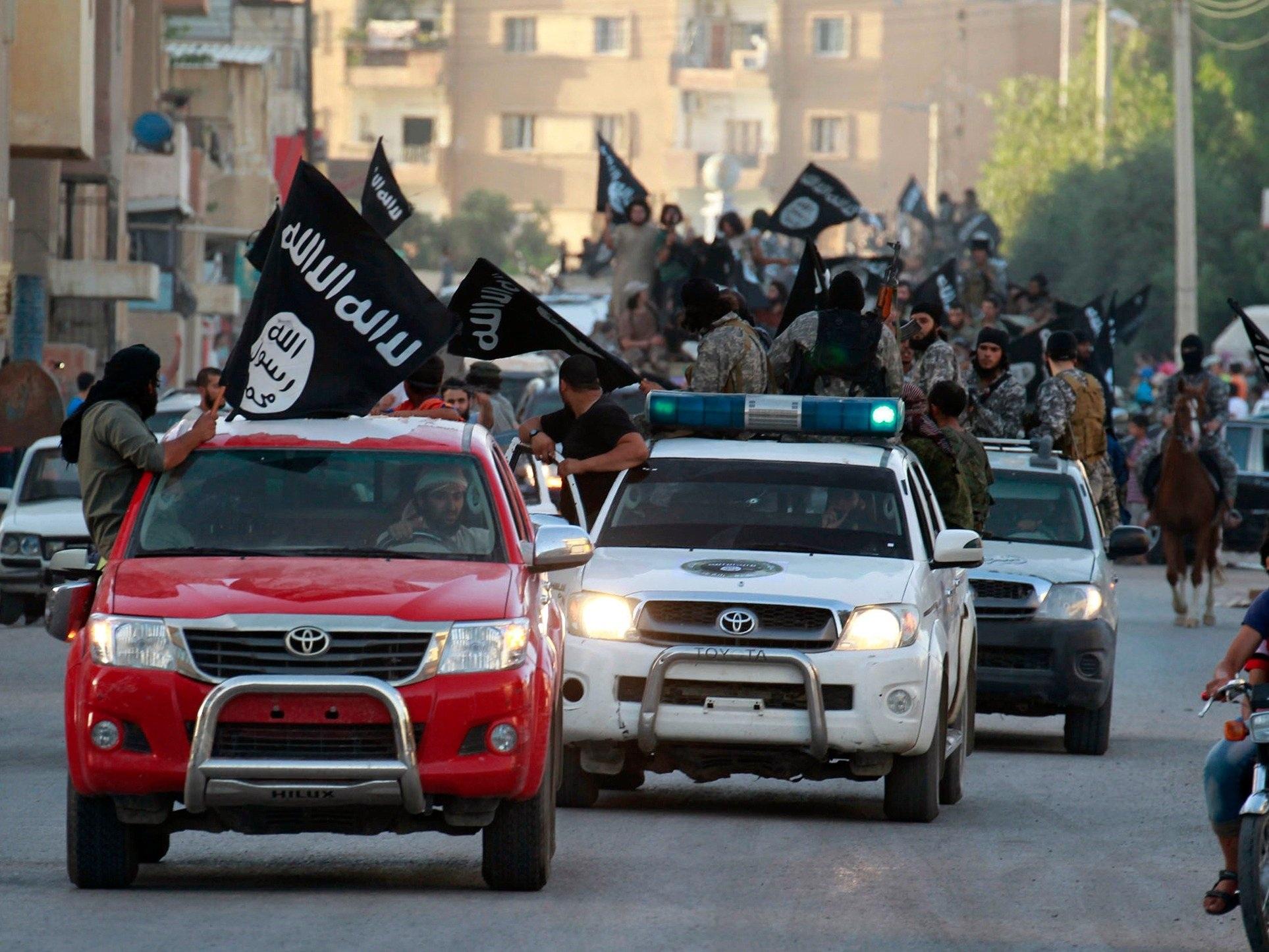Xe bán tải Toyota xuất hiện trong nhiều cuộc diễu hành của các phần tử IS (Ảnh: ABC News)