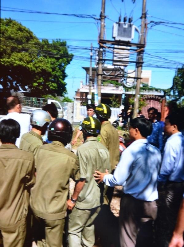 Không ban hành văn bản thực hiện cưỡng chế nhưng phường Quảng Phú vẫn điều động hàng chục cán bộ trấn áp gia đình bà Tuyết.