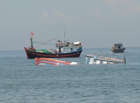 Do thời tiết phức tạp, khiến 3 ngư dân Quảng Ngãi rơi xuống biển và mất tích.