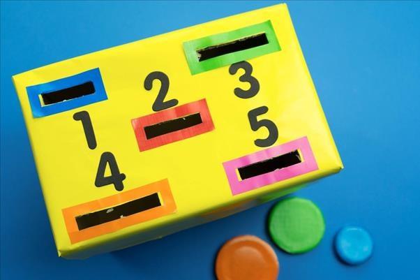 Với trang Youtube và Facebook Kiddy Channel, mẹ có thể dễ dàng tự làm hộp đồ chơi màu sắc này cho bé