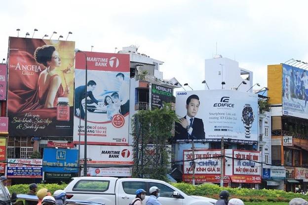 Hàng chục quảng cáo OOH chen chúc nhau là tình trạng thường thấy