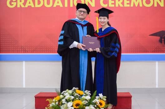 GS.TS. Mikhail Brodsky trao bằng cho tân Thạc sĩ Phạm Thụy Thúy Loan - Chủ tịch HĐQT Công ty CP Phước Thái Land