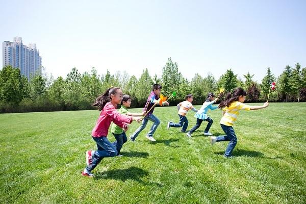Hoạt động ngoài trời được các chuyên gia khuyến khích cho việc khích lệ trẻ phát huy óc sáng tạo