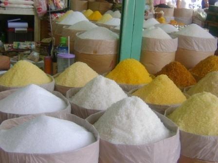 Đường không có nhãn hiệu, bao bì và chất lượng không được kiểm soát bày bán ngoài chợ
