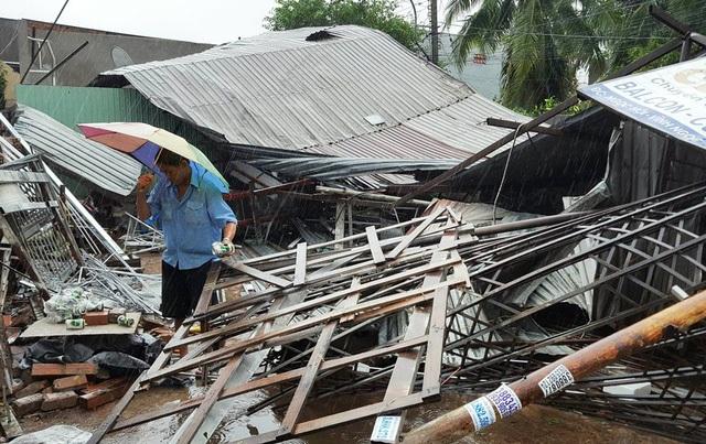 Cơn bão số 12 quét qua các tỉnh Nam Trung Bộ đã để lại hậu quả khủng khiếp về người và của