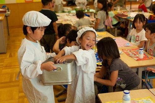 """Tham gia các khóa học """"Tiếng Nhật dành cho trẻ em"""" của NAGOMI Academy, ngoài việc học tiếng Nhật, các bé được trang bị các kỹ năng thực tế như: gấp quần áo, tự chuẩn bị đồ ăn, không làm bạn với rác…"""