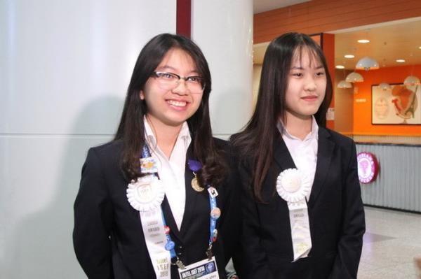 Lê Tuyết Quỳnh Anh (bên trái) cùng đồng đội Phạm Thị Minh Huệ tại Hội thi Khoa học kỹ thuật quốc tế 2018 (Intel ISEF 2018) tại Mỹ