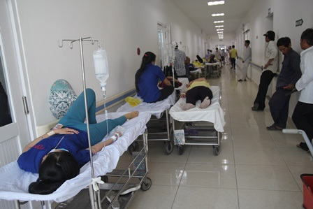 Ngộ độc thực phẩm, công nhân nhiều công ty phải nhập viện điều trị.