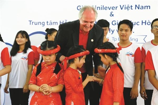 Ông Paul Polman, CEO Unilever toàn cầu trong một chương trình xã hội dành cho trẻ em tại Đà Nẵng.