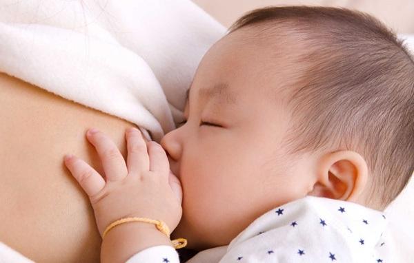 Nuôi con bằng sữa mẹ hoàn toàn là mong muốn của nhiều bà mẹ Việt