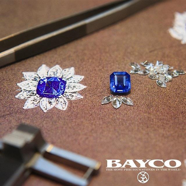 Nhẫn saphia xanh cài kim cương