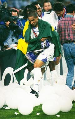 Carlos trong màu áo của Real Madrid, với chiến thắng lịch sử đoạt cúp Champion League năm 1998
