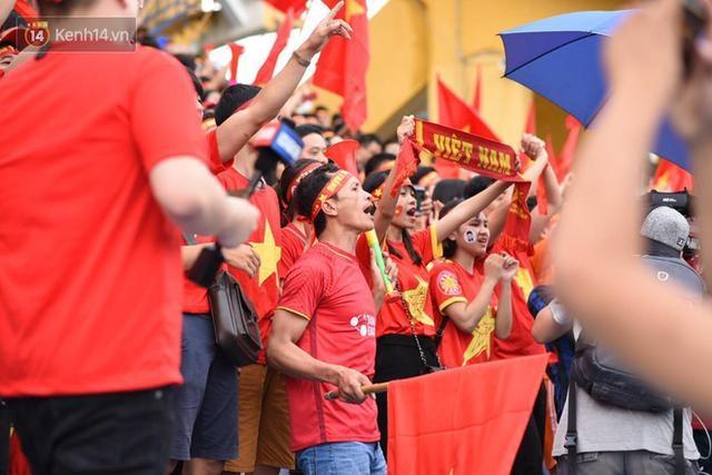 Trước trận chung kết, CĐV Việt Nam truyền tay nhau bí quyết cổ vũ truyền lửa cho đội tuyển - 2