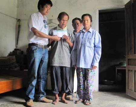 Hà Tĩnh: Quà các nhà hảo tâm tiếp tục đến với ông cụ mù cô độc - 1