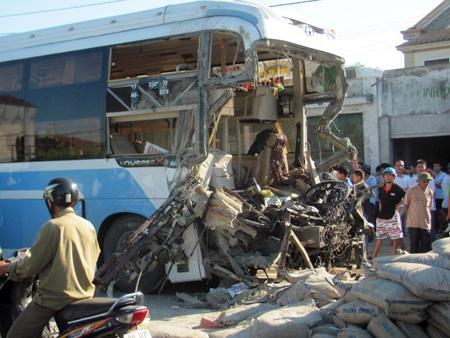 Hà Tĩnh: Tai nạn thảm khốc, 23 người thương vong - 2