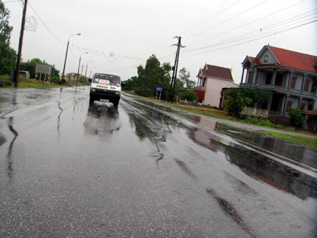 Mưa bão, xe con lao xuống ruộng - 5