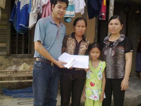 Trao 7,4 triệu đồng đến bé Nguyễn Thị Huyền