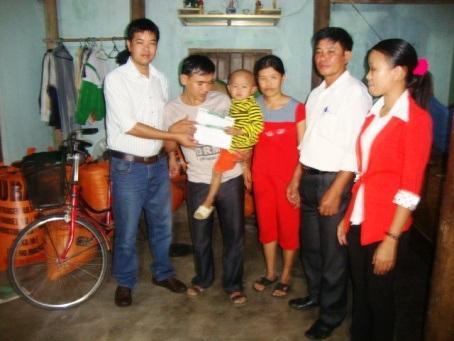 PV Dân trí trao cùng Phó Chủ tịch UBND xã Thạch Xuân trao quà cho bé Nhật Long