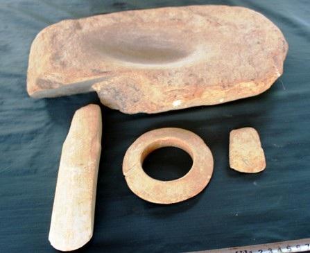 Nhóm hiện vật bằng đá được chế tác bằng chất liệu đá thạch anh