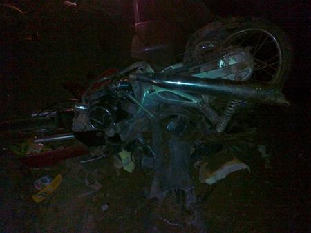 Một trong hai chiếc xe máy bị xe ô tô nghiền nát bét