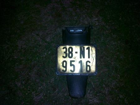 Một phần đuôi xe máy văng trên bãi cỏ sau tai nạn
