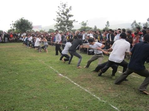 Mở đầu phần hội là các trò chơi dân gian như kéo co, chọi gà