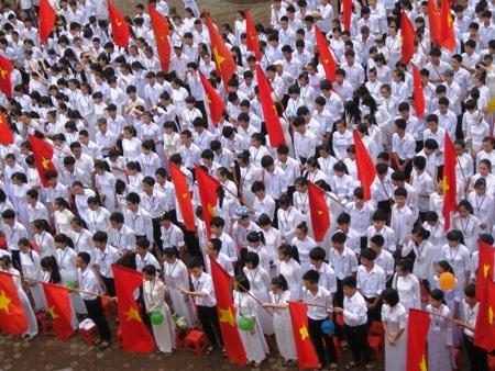 Mặc dù trời mưa nhưng hơn 1800 học sinh của trường vẫn có mặt đầy đủ để dự lễ bế giảng