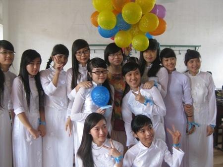 Học sinh Trường THPT Phan Đình Phùng (TP Hà Tĩnh) chụp ảnh lưu niệm cùng thầy cô. (Ảnh: Xuân Sinh)