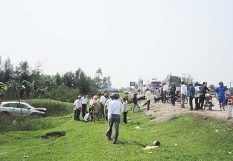 Chiếc xe lao xuống một bãi lầy sau khi gây tai nạn (ảnh: BHT)