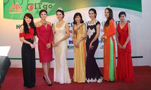 Các người đẹp chụp ảnh lưu niệm tại cuộc họp báo