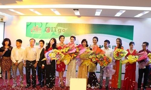 Giám đốc Sở TTVH-DL Hà Tĩnh Võ Hồng Hải (thứ 3 từ trái sang) tặng hoa ban tổ chức và các người đẹp
