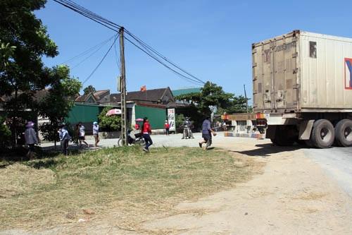 Nhiều người đàn ông đuổi theo chiếc xe container không cho gã tài xế rời khỏi hiện trường