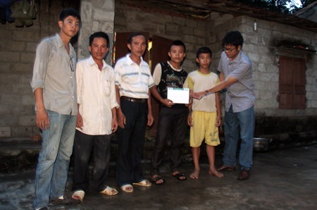 PV Dân trí cùng đại diện thôn Yến Giang trao số tiền