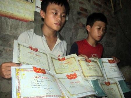 Quỹ Khuyến học Việt Nam hỗ trợ nóng 5 triệu đồng cho 2 anh em có nguy cơ bỏ học vì cha trọng bệnh
