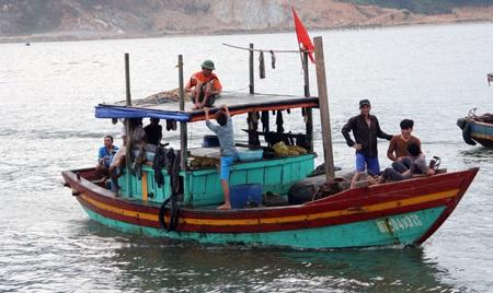 Thuyền đánh cá của ngư dân Thạch Kim, huyện Lộc Hà vào bờ trú ẩn vào chiều ngày 29/9