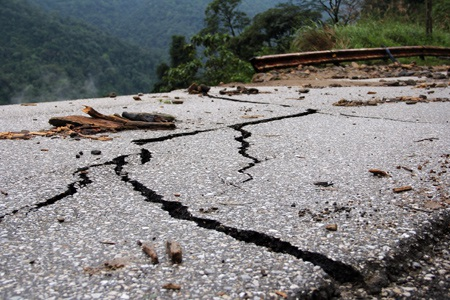 Nềnđường, thảm nhựa bịsạt lở, hàng ngàn khốiđất,đá trôi xuống vực sâu