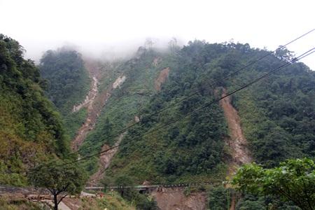 Đất đá trên núi cao đang tiếp tục sụt xuống đe dọa chia cắt Quốc lộ 8A.