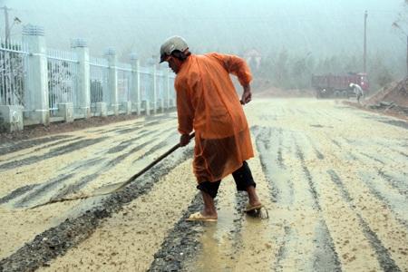 Một công nhân đang khơi dòng thoát nước