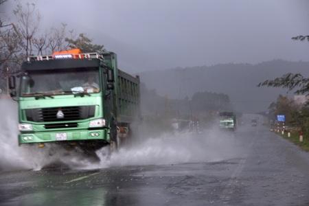 Những đoàn xehốihảchở vật liệu thi công đường vào núi Rồng