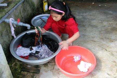 Côbé làm việc như người lớn,giặt cả chậu đồ khi mẹ ốm bố vắng nhà