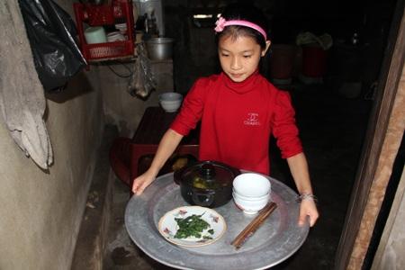 Thúy Hằng soạn sửa cơm cho người mẹ và người em bệnh tật