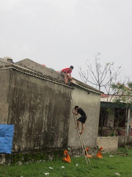 Người dân đang khẩn trương gia cố lại nhà cửa