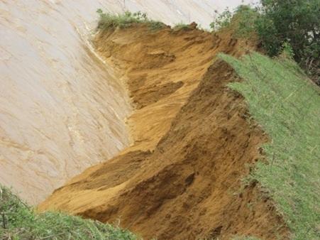 Mỗi đợt xã lũ người dân thôn 2, xã Cẩm Mỹ lại bị mất đi hàng trăm mét đất sản xuất