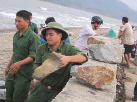 Các chiến sỹ Đồn biên phòng Cẩm Nhượng khẩn trương gia cố lại bờ kè trước siêu bão