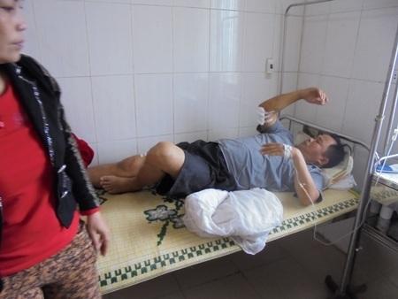 Ông Ngọc đang nằm điều trị tại Bệnh viện Đa khoa huyện Đức Thọ