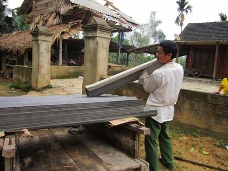Những hộ dân bị tốc mái đang khẩn trương khắc phục để ổn định cuộc sống