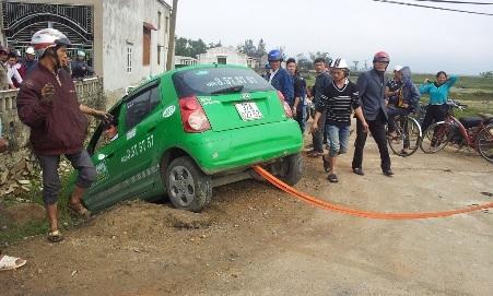 Chiếc xe taxi đã cắm đầu xuống hố sau khi cố chạy thoát lực lượng CSGT