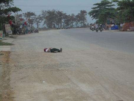 Vì quá say nên người này đã ngủ luôn trên quốc lộ