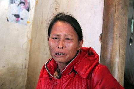Chị Hoa khóc nức nở trước số tiền vay nợ cho mẹ xây nhà chưa trả được